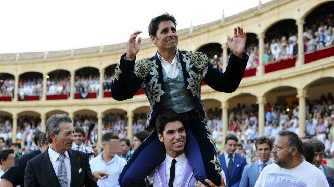 Francisco Rivera sale a hombros de Cayetano en su despedida como torero