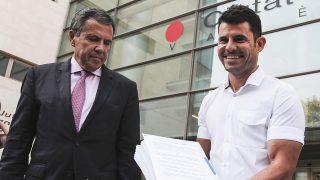 Javier Sánchez con su abogado Fernando Osuna tras presentar la demanda de paternidad a Julio Iglesias en los juzgados de Valencia / Gtres