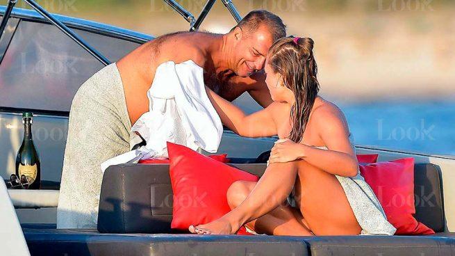 Yate, champán y pibón en topless: así apura las vacaciones el independentista Laporta
