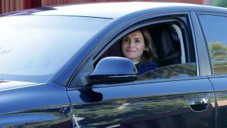 La Reina Letizia, muy sonriente y desmaquillada en el primer día de colegio de sus hijas / Gtres