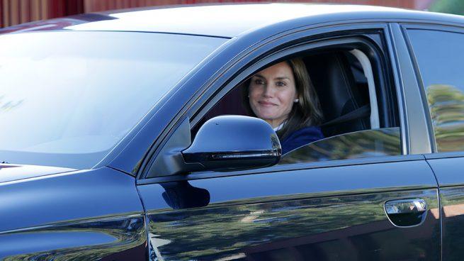 La reina Letizia esconde a Leonor en el primer día de colegio