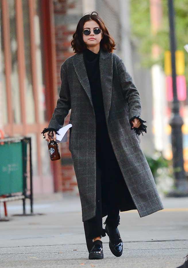 Selena con abrigo de cuadros