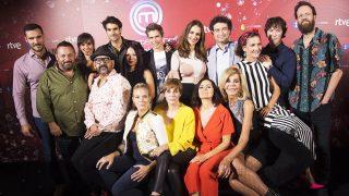 Los 12 concursantes de la segunda edición de 'MasterChef Celebrity' durante la presentación de la temporada /Gtres