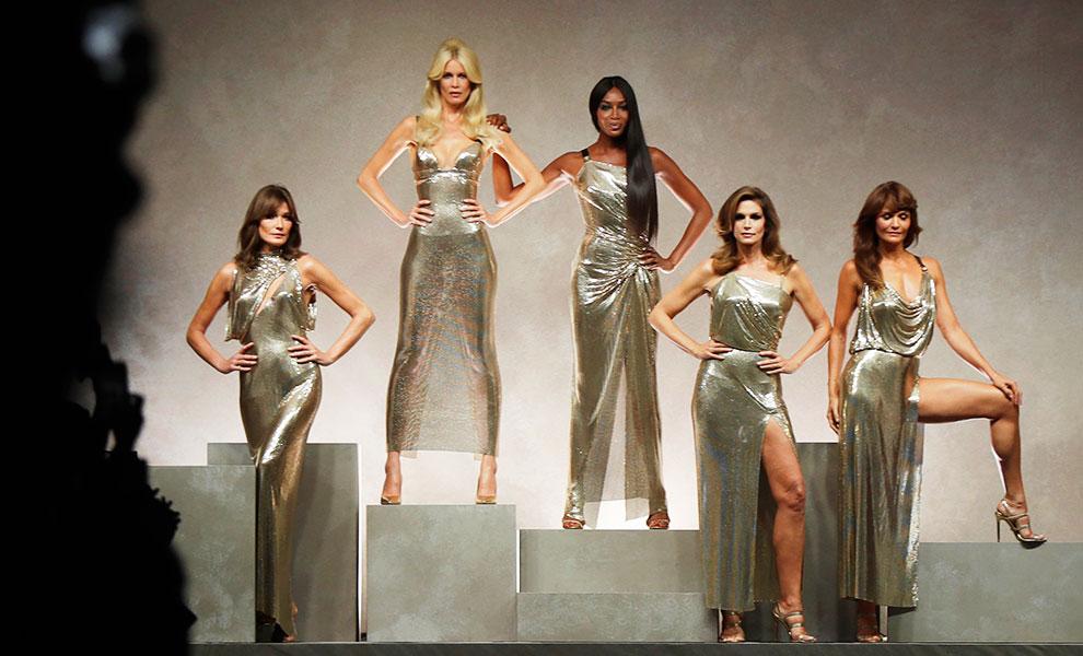 Las grandes tops de los 90 cerraron el show de Versace en la Semana de la moda de milán / Gtres