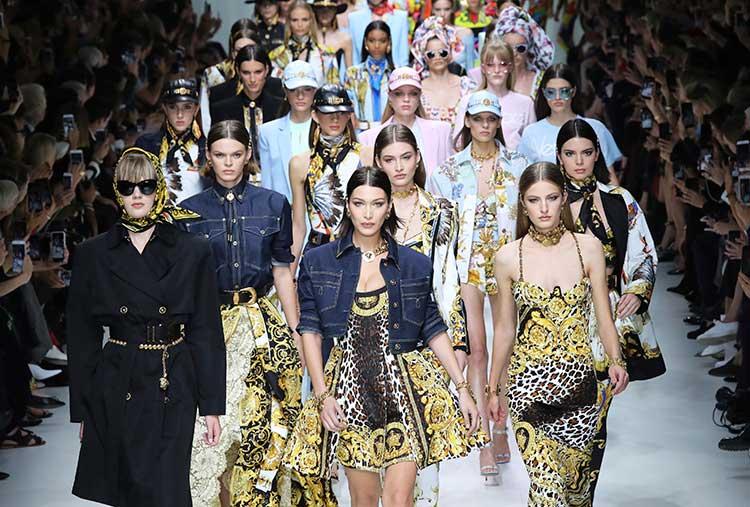 Desfile de Versace en la Semana de la Moda de Milán / Gtres