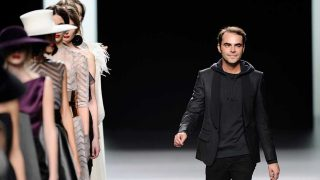 El diseñador Ion Fiz en la pasarela de la Madrid Fashion Week 2013. / Gtres