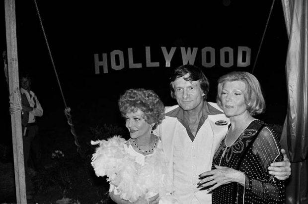 """Hugh Hefner posa con las actrices Vivian Blaine y Rita Hayworth en la """"Mansión Playboy"""" en una gala benéfica en 1978 / Gtres"""