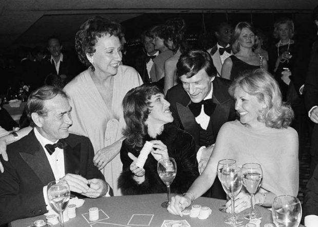 Hugh Hefner participa en una gala benéfica en Los Ángeles en 1975 / Gtres