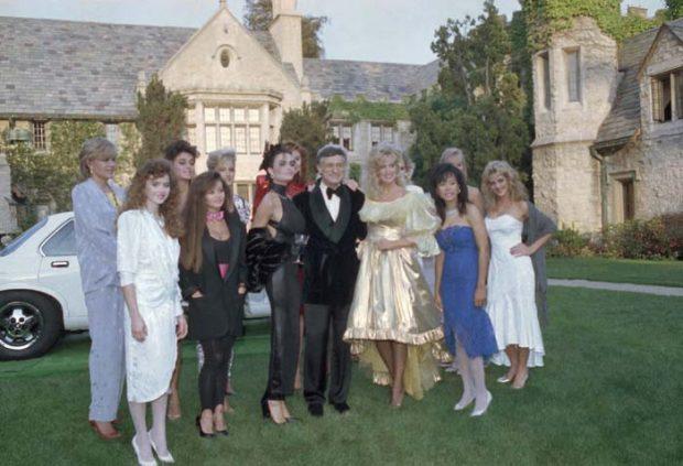 """Hugh Hefner en una fiesta en la """"Mansión Playboy"""" en 1986 / Gtres"""