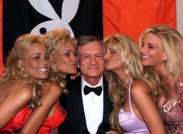 """El empresario Hugh Hefner rodeado de algunas de sus """"playmates"""" en Cannes en 1999/ Gtres"""