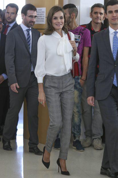 La reina Letizia con el pantalón de pata de gallo / Gtres