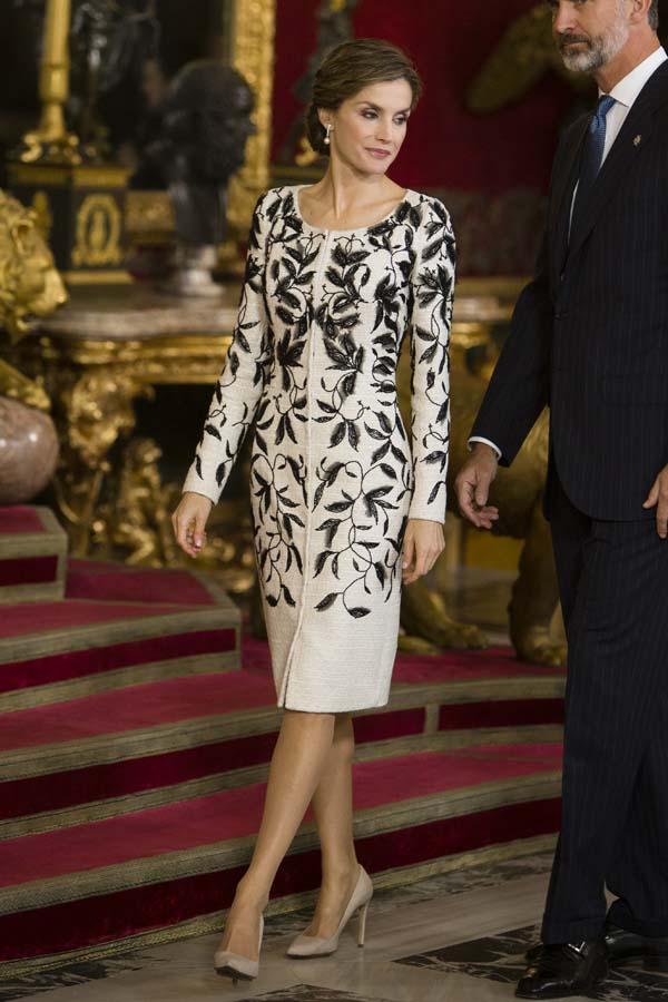 La reina Letizia el 12 de octubre del año pasado con el polémico vestido de Felipe Varela / Gtres