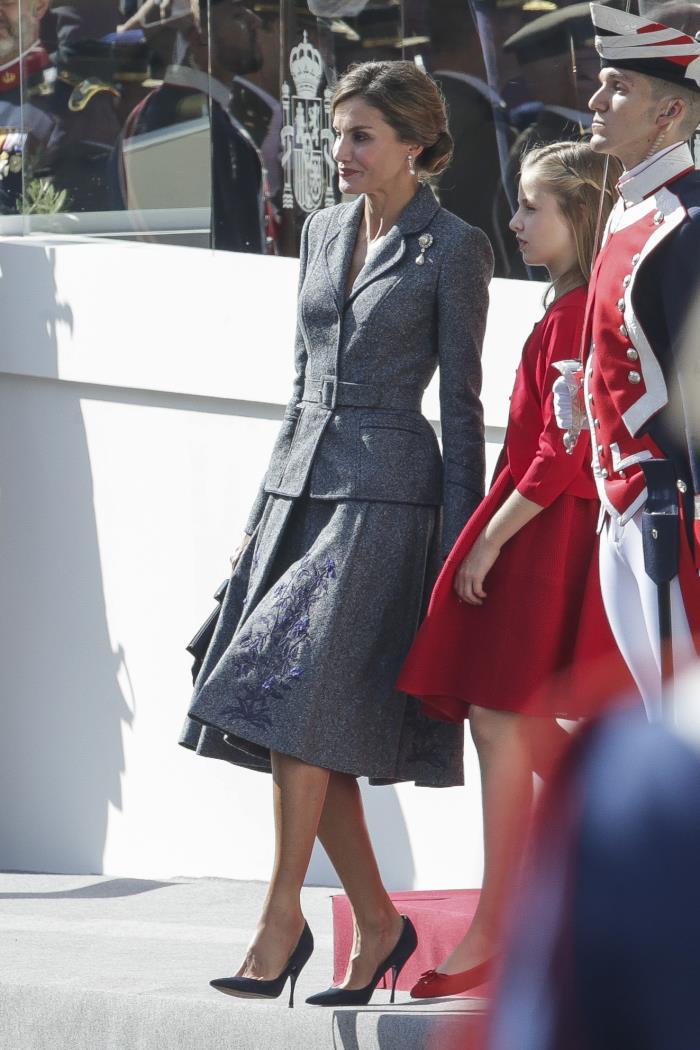 Ha apostado por una falda de patrón lady, cada vez más habitual en el vestidor de la Reina / Gtres