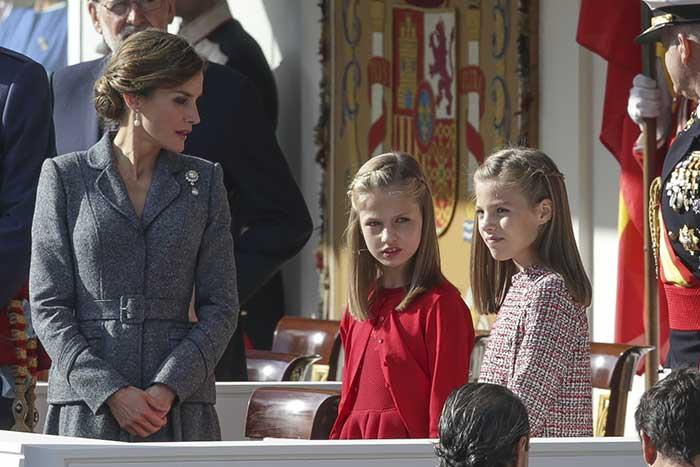 La princesa Leonor de rojo y la infanta Sofía de tweed con detalles de igual tono / Gtres
