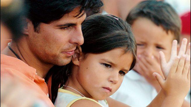 Cayetana en brazos de su padre en 2005 / Gtres