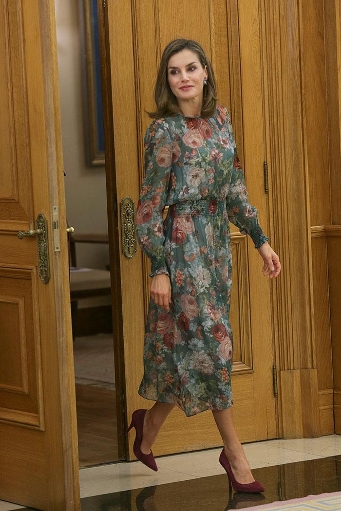 El vestido de estreno de otoño. Una prenda de Zara (45.99 euros) de gasa, largo midi y estampado floral que la reina Letizia ha llevado esta misma semana / Gtres