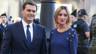 GALERÍA: Así han llegado los invitados a la ceremonia | En la foto: Albert Rivera y Beatriz Tajuelo / Gtres