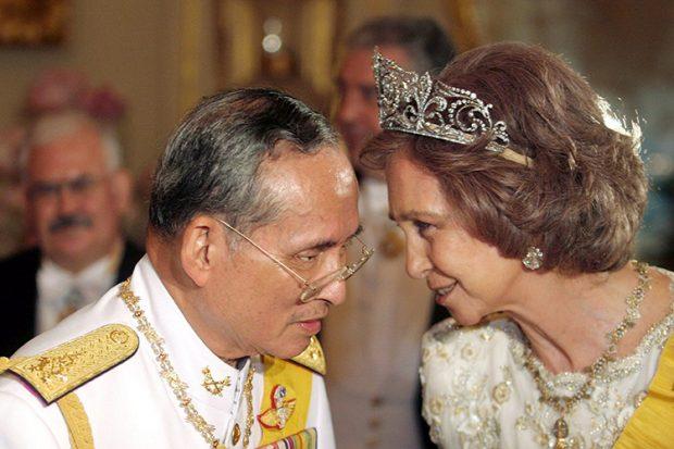 La realeza internacional despide con honores al rey de Tailandia