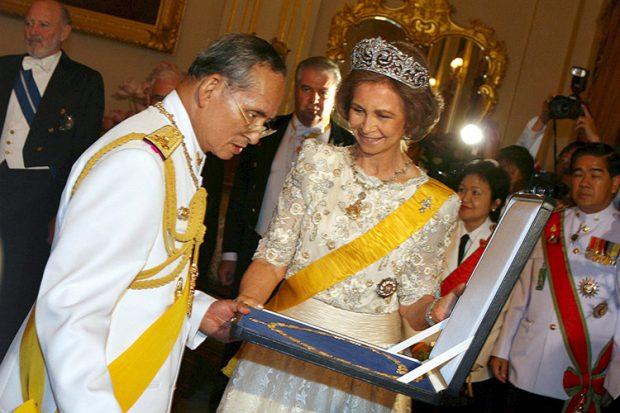 La reina Sofía con el rey Bhumibol / Gtres