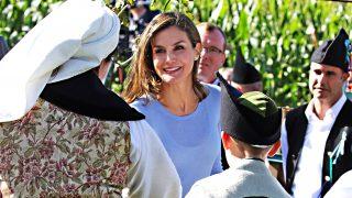 La reina Letizia se encontró con su abuela, Menchu Álvarez del Valle, en su última visita a Poreñu, Pueblo Ejemplar de Asturias / Gtres
