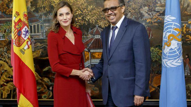 Doña Letizia se separa de su anillo fetiche y lo apuesta todo al rojo en su viaje a Ginebra