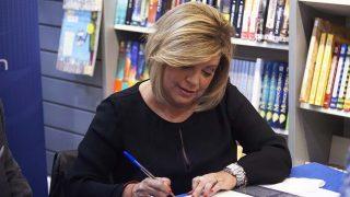 Terelu Campos firmando ejemplares este viernes en Getafe /Gtres