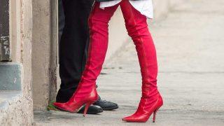 Las botas rojas por encima de la rodilla invaden los escaparates. / Gtres