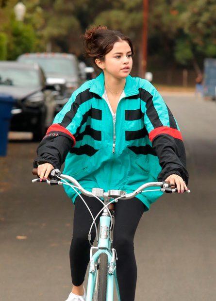 Selena Gomez durante una de sus últimas salidas en bicicleta/ Gtes