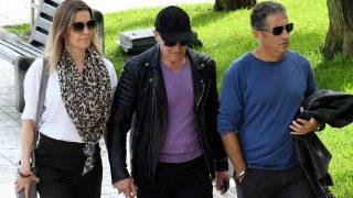 Antonio Banderas junto a su hermano Francisco Javier y Nicole Kimpel /Gtres