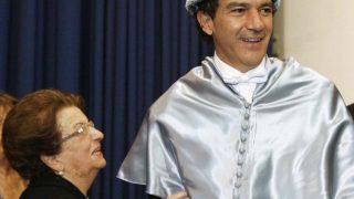 Antonio Banderas junto a su madre en su nombramiento como Doctor Honoris Causa en la Universidad de Málaga /Gtres
