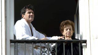 Antonio Banderas junto a su madre durante una procesión de Málaga /Gtres