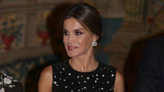 La reina deslumbra con su vestido de estreno en la recepción celebrada en el Palacio de El Pardo/Gtres