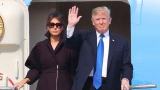 Melania Trump con abrigo de Delpozo en su llegada a Corea del sur. / Gtres