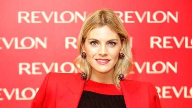 Amaia Salamanca traje rojo culotte revlon