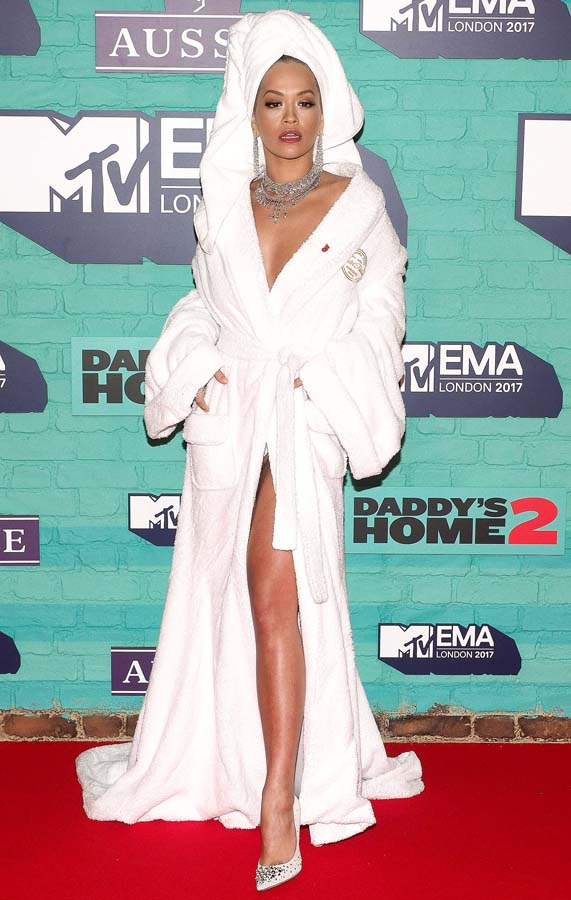 Rita Ora 24th MTV Europe Music Awards in London, UK con albornoz de Palomo Spain