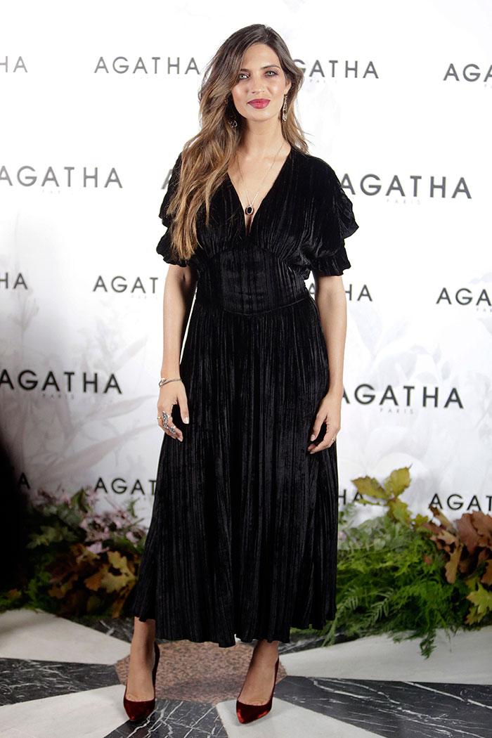 Sara Carbonero en la presentación de Saudade de Agatha París con vestido de terciopelo negro