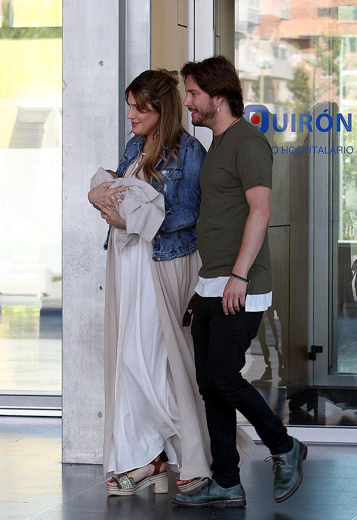 Manuel Carrasco y Almudena Navalón a las puertas de Quirónsalud Madrid el pasado verano / Gtres
