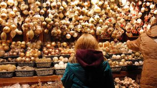 Niña comprando decoración navideña en un mercadillo / Gtres