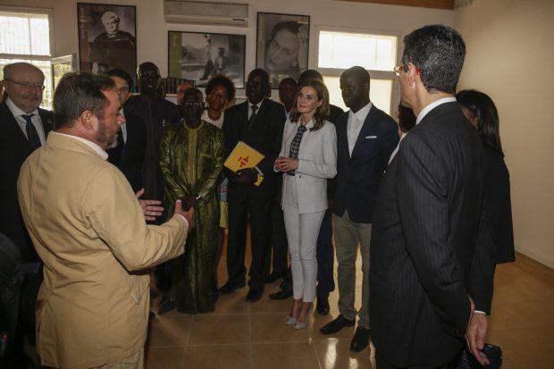 La reina Letizia sorprende al hacerse un 'selfie' en Dakar