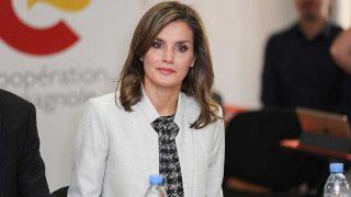 GALERÍA: La reina Letizia recicla un traje de Hugo Boss durante su viaje de cooperación en Senegal. / Gtres