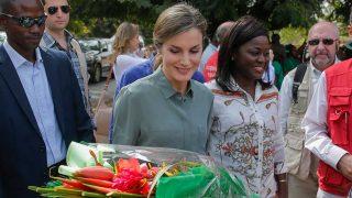 GALERÍA: La reina Letizia afronta su tercera jornada en Senegal con un look que recuerda al lucido por Lady Di en 1997. / Gtres