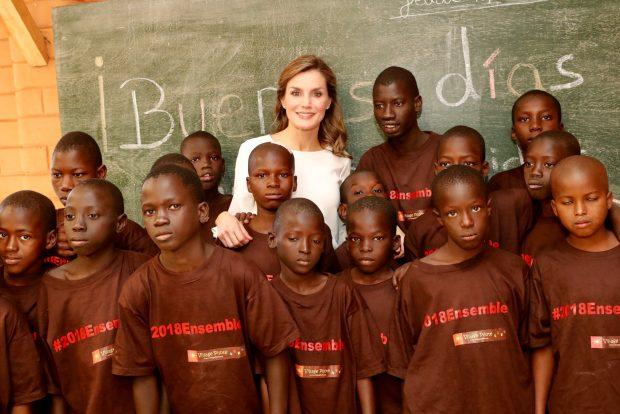 La Reina , todo ternura, en su despedida de Senegal
