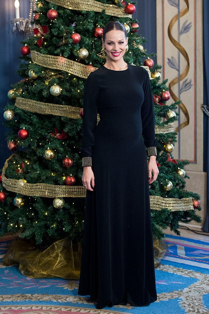 Vestido terciopelo premamá de Eva González durante el brindis de RTVE