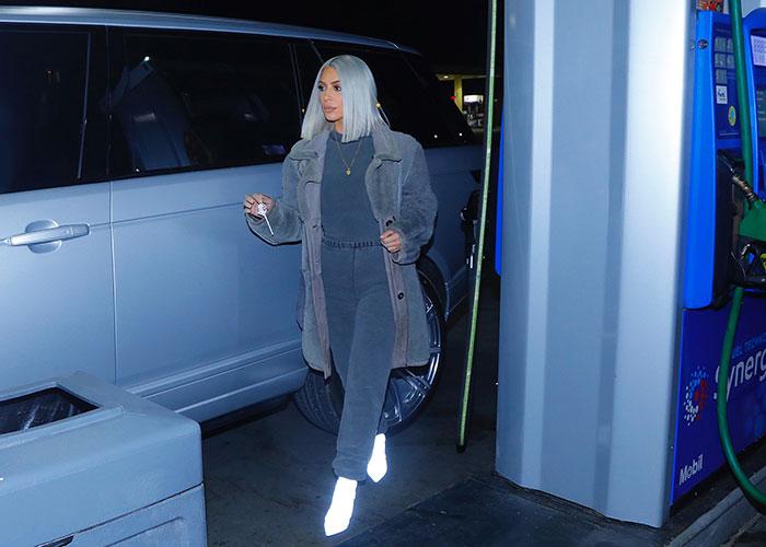 Kim Kardashian cambio look azul