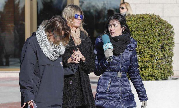Arancha de Benito y su hija acuden destrozadas al funeral de Diana Quer