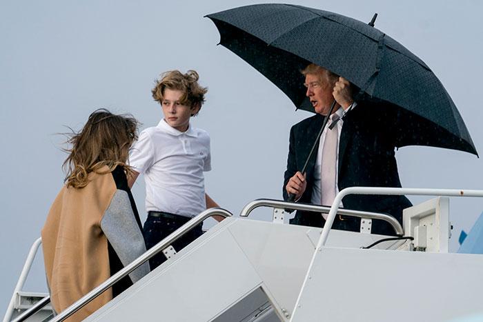 Melania Trump y su familia en el Air Force One