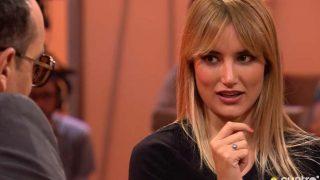 Alba Carrillo se sienta en el 'Chester'/Mediaset