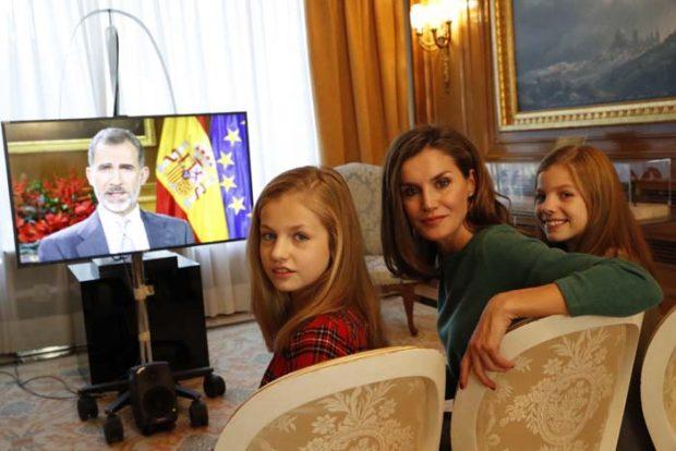 La Reina con sus hijas