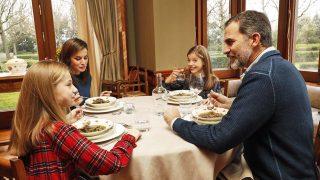 Los Reyes y sus hijas durante un almuerzo / Casa Real