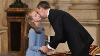 Leonor y su padre en la ceremonia de entrega del Toisón / Gtres